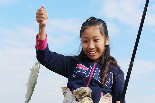 長井海の手公園 ソレイユの丘(神奈川県・横須賀市)では、公園内にある水遊び場「じゃぶじゃぶ池」で期間限定の釣り堀「ニジマス釣り」を、2019年11月9日(土)〜2020年4月上旬までの土・日・祝、冬休み・春休みに開催!