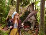 Die Kleine Hexe (Karoline Herfurth) mit Rabe Abraxas (Stimme: Axel Prahl)
