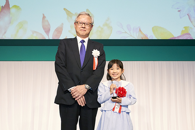JXTGホールディングス株式会社が「心のふれあい」をテーマに童話を募集する「第50回 JXTG童話賞」の授賞式が2019年11月15日(金)パレスホテル東京で開催!一般の部、中学生の部、小学生以下の部から受賞者が表彰されました。刊行記念プレゼントも!