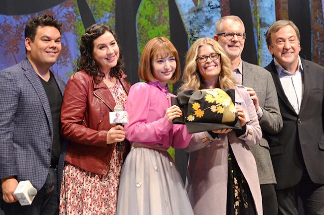 子供たちはもちろん全世界待望のディズニー最新作『アナと雪の女王2』が、いよいよ2019年11月22日(金)全国公開!公開前日の21日(木)『アナと雪の女王2』スペシャルイベントが開催!アナの声を務める神田沙也加さんと、前作から続投の監督ジェニファー・リー氏、クリス・バック氏ら製作陣5名が登場!映画の見どころ、『アナ雪2』への想い、そして本作のメイン楽曲「イントゥ・ジ・アンノウン」をはじめとするスペシャルメドレーを披露!