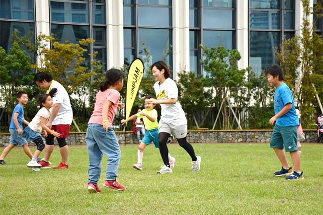 スポーツでもない、遊びでもない、子供の可能性を引き出す運動遊びプログラム、芝生×親子×遊び「JUMP-JAM(ジャンジャン)」が、2019年11月23日(土・祝)、東京・町田のアウトレット複合施設「グランベリーパーク」で開催!参加者募集中!