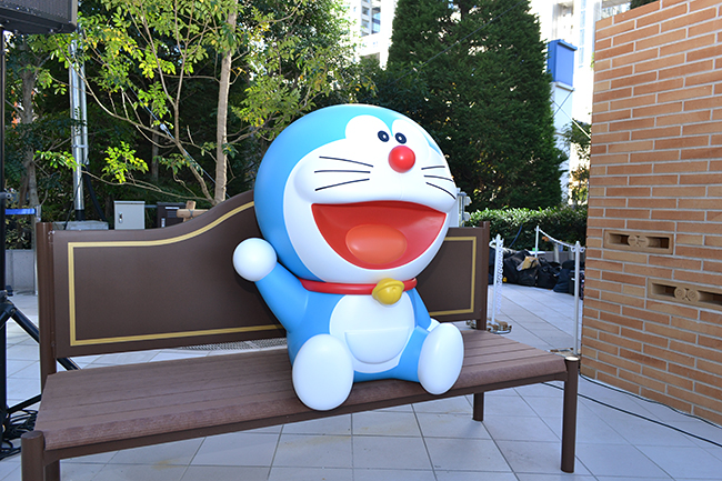 2020年「ドラえもん」は生誕50周年!ドラえもん50周年記念プロジェクトとしてダイバーシティ東京プラザに、お台場の新たなアイコンとなる巨大仕掛け時計「ドラえもんタイムスクエア」が登場!さらに12月1日(日)には同施設内に世界初のオフィシャルショップ「ドラえもん未来デパート」がオープン! 子供たちはもちろんドラえもんファン必見!