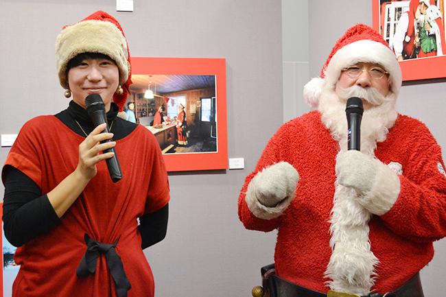 世界のすてきなサンタクロースに会える写真展「角田明子写真展『サンタさんが いっぱい』Merry Many Santa Clauses! 」がフジフイルム スクエアで2019年12月27日(金)まで開催中!角田明子さんとパラダイス山元さんのギャラリートークも開催!