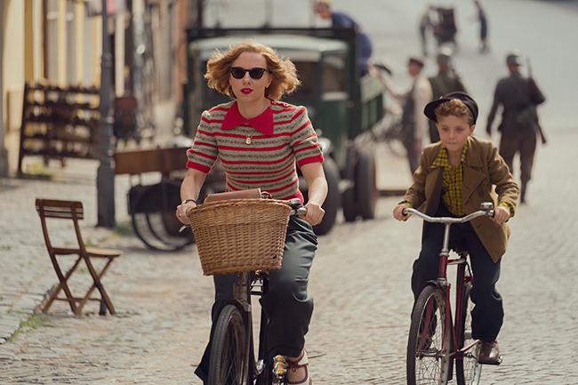 タイカ・ワイティティ監督最新作『ジョジョ・ラビット』が2020年1月17日(金)全国公開!第二次世界大戦中のドイツを舞台に、ヒトラーに憧れ立派な兵士になりたい10歳の少年ジョジョと、家に匿われていたユダヤ人少女との交流を描いたヒューマン・エンターテイメント。
