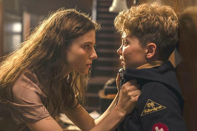 タイカ・ワイティティ監督最新作『ジョジョ・ラビット』が2020年1月17日(金)全国公開!第二次世界大戦中のドイツを舞台に、ヒトラーに憧れ立派な兵士になりたい10歳の少年ジョジョと、家に匿われていたユダヤ人少女との交流を描いたヒューマン・エンターテイメント!子供と一緒に観てほしい『ジョジョ・ラビット』の感想、レビュー!