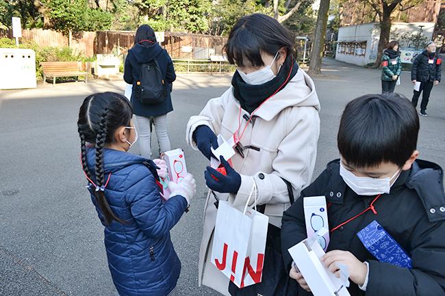 花粉の本格飛散時期を控えた2020年2月8日(土)、アイウエアブランドのJINS(ジンズ)は子どもたちに子供用花粉カットメガネ「JINS花粉CUT」の「KIDS&JUNIOR」を着けてもらい、開園前の上野動物園で動物たちを見学する「JINS presents 上野動物園特別ツアー」を実施!動物の生態や目、動物も花粉症になるのかなどについても学びました。