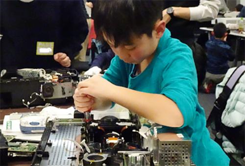 ソニー・サイエンスプログラムは2020年2月29日(土)、小学3年生~中学3年生を対象に『第31回分解ワークショップ ~モノのしくみをしろう~』を開催。液晶テレビを分解し、親子で楽しく「モノのしくみ」が学べるワークショップです。