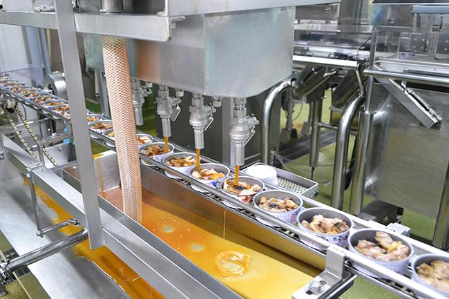 可愛い親父のイラストが目印の缶詰「ホテイのやきとり」。この「たれ味」と「柚子こしょう味」がJAXAの「宇宙日本食」に認証、2020年で50周年を迎えた記念すべき年に宇宙へと飛び立つ(予定)。そんな「ホテイのやきとり」をつくっているホテイフーズの工場見学!一般の方も見学可能。誰もが宇宙基準の製法を見られる。
