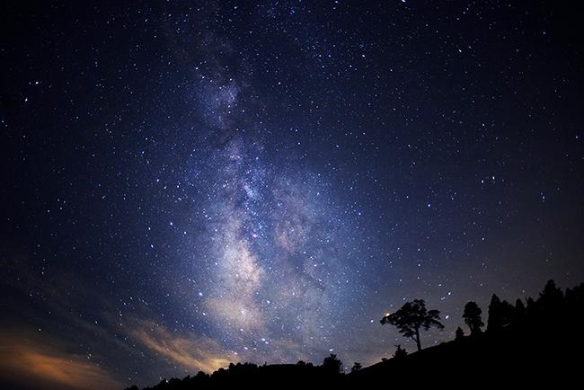 """環境省が """"日本一の星空の村"""" と認定した長野県阿智村で、2020年4月11日(土)〜10月25日(日)まで(除外期間あり)、富士見台高原ロープウェイ ヘブンスそのはらにて満天の星を楽しめる「天空の楽園 日本一の星空ナイトツアー Season2020」を開催!"""