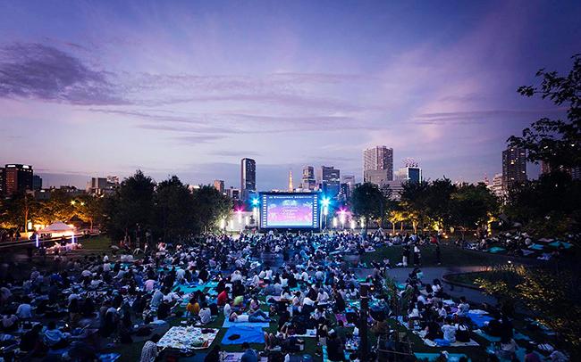 芝生の上で無料で映画を楽しめる野外シアター「Shinagawa Open Theater(品川オープンシアター)vol.10」が2020年5月30日(土)・31日(日)品川シーズンテラスで開催!上映作品にあわせた会場演出やフードやドリンクも楽しめる!
