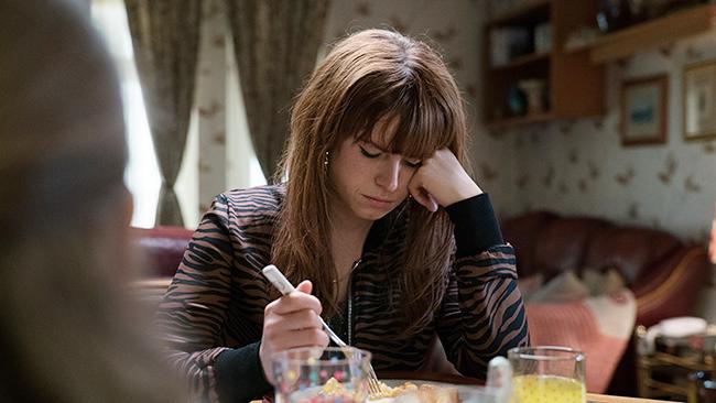歌手を夢見るシングルマザーの、夢か家族かのはざまでゆれ動く葛藤を描いた『ワイルド・ローズ』が、2020年6月26日(金)全国公開!主演は『ジュディ 虹の彼方に』での好演が光った英国の新鋭ジェシー・バックリー。彼女の歌声に、あなたはきっと涙する。