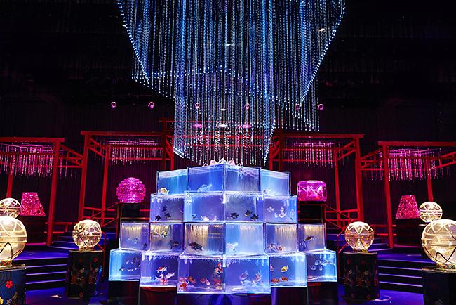 """夏の風物詩として愛されてきた「アートアクアリウム」が、東京・日本橋の専用施設で常設展示、「アートアクアリウム美術館」として2020年8月にオープン!アートアクアリウム日本橋会場と比較して約3倍の広さ。3万匹超の金魚が泳ぐ """"生命の宿る美術館""""!"""