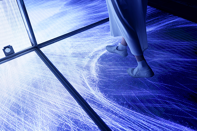 """アート集団チームラボの新豊洲にある """"水に入るミュージアム""""「チームラボプラネッツ TOKYO DMM」の屋外に、パブリックアート『空から降り注ぐ憑依する滝』が新たに登場、2020年7月16日(木)から公開!豊洲の新しいシンボルに。"""