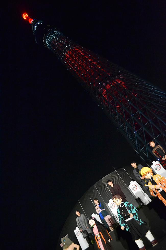 """『劇場版「鬼滅の刃」無限列車編』が2020年10月16日(金)全国公開!その公開記念イベントが東京スカイツリーで開催!花江夏樹さん、鬼頭明里さん、下野紘さん、松岡禎丞さんら声優陣と主題歌のLiSAさんが登場!東京スカイツリーが """"炎""""色に染まる!"""
