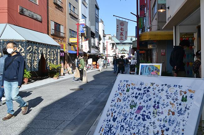 障がいのあるアーティストの作品で街全体を美術館とする「アートパラ深川おしゃべりな芸術祭」が、2020年11月15日(日)に開催! 雲ひとつない秋晴れのもと、富岡八幡宮 参道大鳥居前でオープニングセレモニーが行われました。11月23日(月・祝)まで開催!