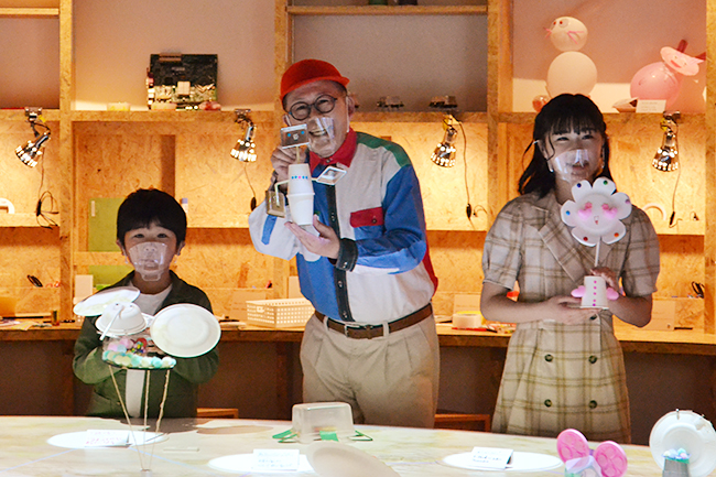 2021年4月3日(土)、東京・有明の「パナソニックセンター東京」内にSTEAM(スティーム)教育を体験するパナソニック クリエイティブミュージアム「AkeruE(アケルエ)」がオープン!STEAM教育の第一人者である中島さち子氏、鈴木夢さん・楽くんが、わくわくさんと「AkeruE」を体験!