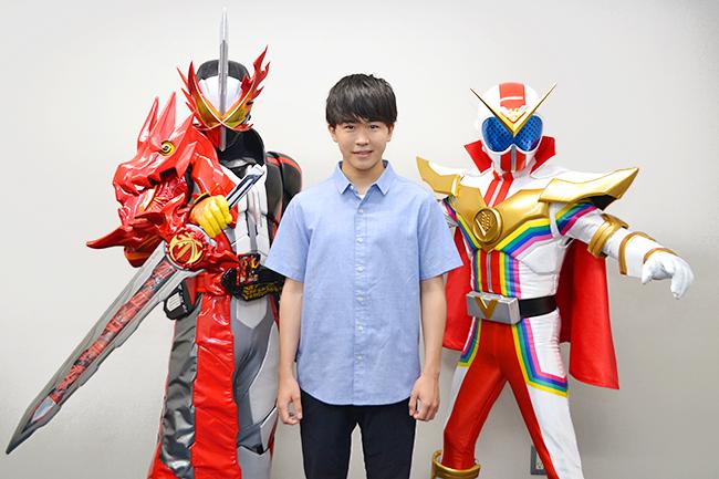 """2大ヒーローの原作者・石ノ森章太郎先生へ敬意を込めて製作された、2021年7月22日(木・祝)全国公開の仮面ライダー50周年×スーパー戦隊45作品記念『セイバー+ゼンカイジャー スーパーヒーロー戦記』に、物語の鍵を握る""""謎の少年""""として出演する仮面ライダーファンとしても知られる鈴木福さんにインタビュー! 今作の見どころを伺った。"""