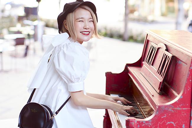 カワスイ 川崎水族館は、大人気ユーチューバーのピアニスト「ハラミちゃん」を招いたピアノの生演奏「カワスイ ハラミちゃん スペシャル LIVE!」を2021年7月25日(日)に開催! カワスイの象徴的な水槽であるパンタナルエリアの大水槽を背にピアノを生演奏する様子を、カワスイ公式YouTubeにてライブ配信します。